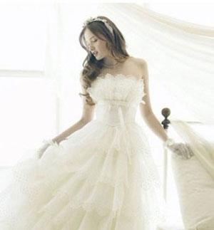 杨幂身着一款欧式宫廷复古款婚纱,挽起蓬松发髻,尽显忠典雅高贵的